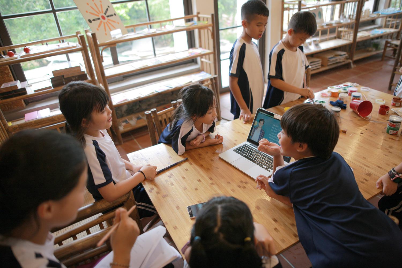 Sự hợp tác và giao tiếp giữa trẻ em trong lớp học Montessori